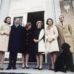Королевская семья Испании со своим питомцем